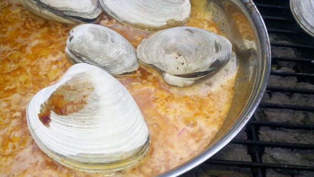 Recipe for grilled clams and white wine-butter-smoked paprika sauce